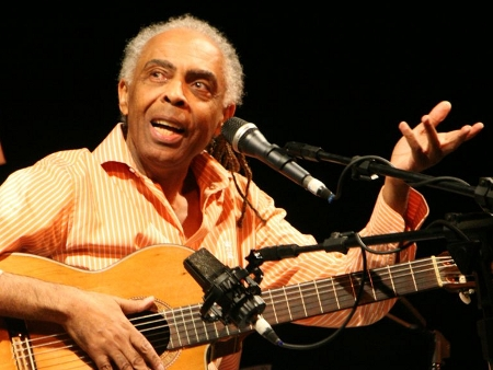 Gilberto Gil, artiste engagée dans le Tropicalisme (un mouvement culturel hippie opposé au nationalisme)